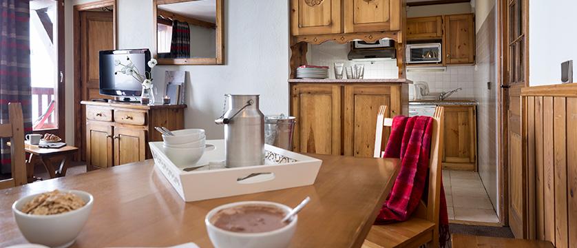 france_three-valleys-ski-area_val-thorens_residence-village-montana-apartments_dining-area.jpg